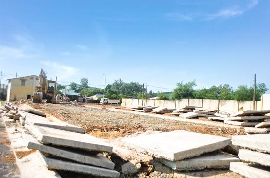 Một khu đất nằm cạnh khu công nghiệp Long Đức (huyện Long Thành) đang được phá dỡ cơ sở hạ tầng cũ để chuẩn bị bán đất nền. Ảnh: Mạnh Tùng