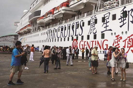 Những chuyến tàu thường xuyên đưa khách Trung Quốc đến như thế này đã vắng hẳn, làm cho lượng khách du lịch tàu biển sụt giảm. Ảnh: Đào Loan