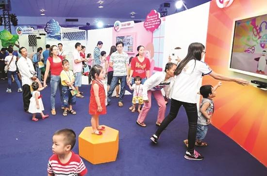 """Các gia đình tham gia ngày hội Enfa A+ Brain Expo 2015"""" của Công ty MeadJohnson Nutrition Việt Nam.   Ảnh: Duy Nguyễn"""