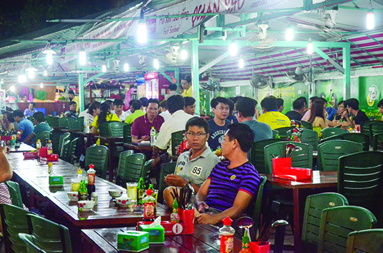 Ở đảo Phú Quốc (Kiên Giang), chợ đêm Dinh Cậu là điểm tập trung của hầu hết du khách muốn lang thang buổi tối nhưng sự hiện diện của khách quốc tế cũng rất ít.     Ảnh: Nam Hưng