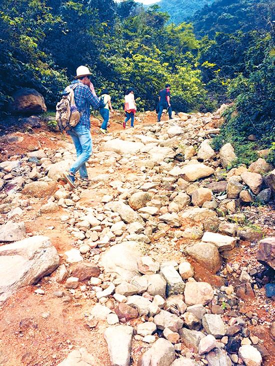 Con đường đá dẫn lên chùa-am Ngọa Vân.