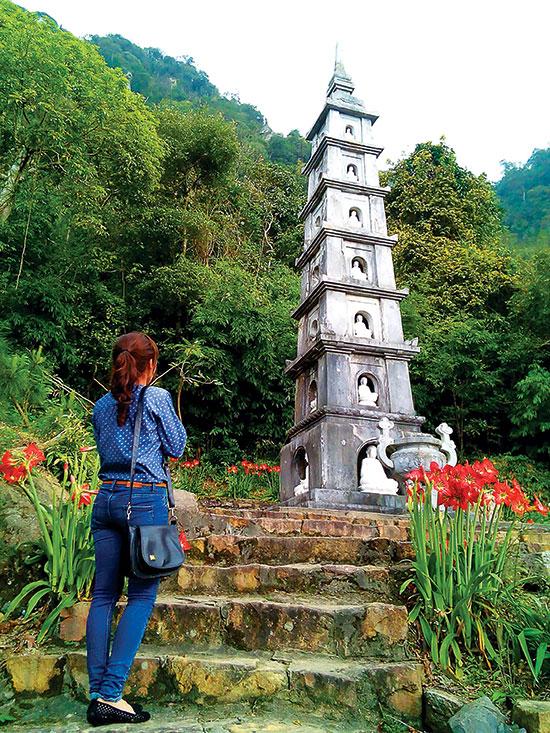Tháp đá bảy tầng, một công trình kiến trúc ở chùa Hồ Thiên.