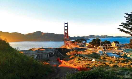 Cầu Cổng Vàng nhìn từ xa.