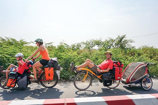 Du khách đạp xe đạp ở ngoại thành TPHCM. Đánh giá của các công ty du lịch cho thấy loại hình du lịch cộng đồng, trải nghiệm cuộc sống bản địa rất được du khách Tây Âu ưa chuộng.