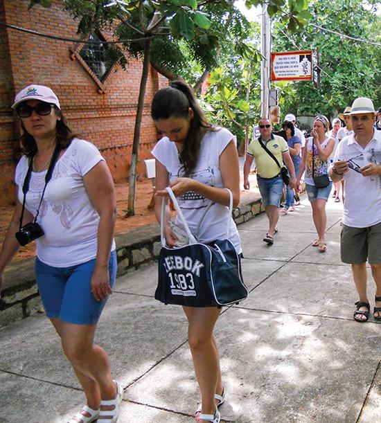 Du lịch vùng duyên hải miền Trung còn nhiều tiềm năng nhưng đang phát triển một cách tự phát. Trong ảnh là khách du lịch nước ngoài tham quan khu tháp Chàm Pô Sah INư tại Phan Thiết, Bình Thuận.