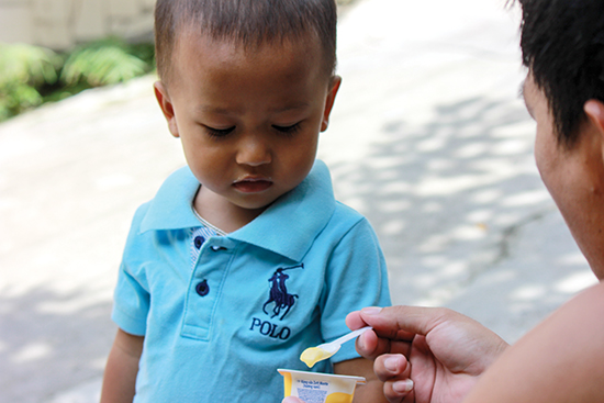 Trẻ không có nhu cầu ăn quá nhiều, quan trọng là trẻ hấp thụ tốt thức ăn để phát triển.  Ảnh: Thành Hoa