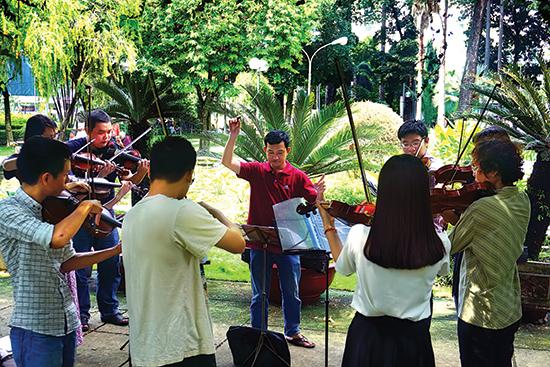 Nhóm bạn trẻ của Warm Melody Band đang tập luyện.