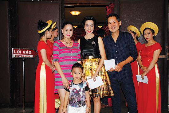 NSƯT Trịnh Kim Chi (áo đen) được các đồng nghiệp đến chúc mừng trong ngày lễ tốt nghiệp khóa đầu tiên của sân khấu kịch KC.