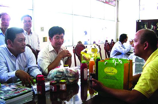 Một số doanh nghiệp bán lẻ và cung ứng đang trao đổi về thông tin sản phẩm tại hội nghị kết nối cung-cầu hàng hóa, vừa được tổ chức tại thành phố Cần Thơ.