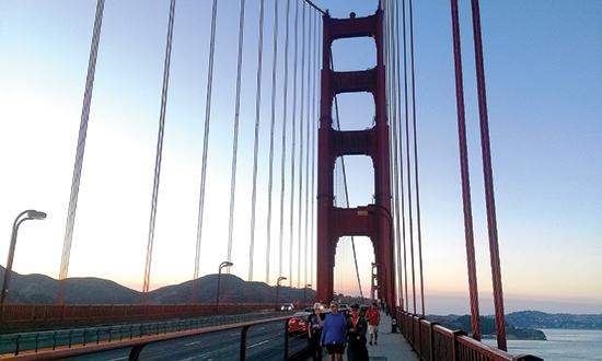 Trên cầu Cổng Vàng.