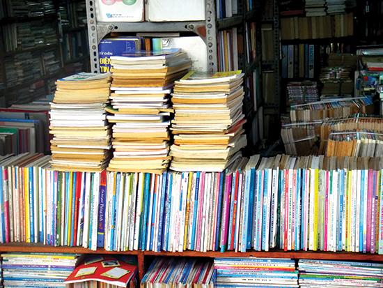 Những chồng sách cũ được xếp gọn gàng.