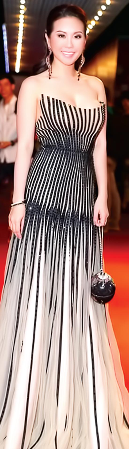 Hoa hậu Phu nhân-Doanh nhân Thu Hoài trong một thiết kế dạ tiệc của nhà thiết kế Công Trí có giá 1.500 đô la.