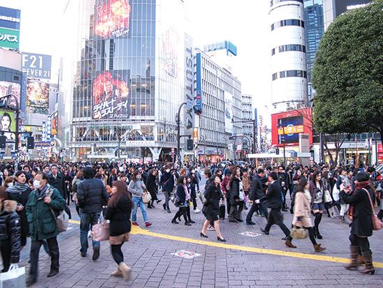 Dòng người cuồn cuộn ở ga Shibuya (Tokyo) được nhiều người cho là hình ảnh tiêu biểu cho cuộc sống hối hả của một thế giới phát triển.