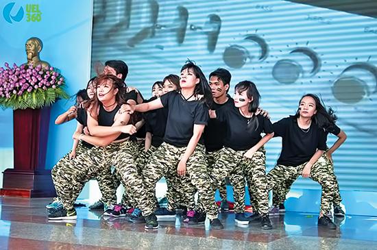 Nhóm-nhảy-của-Huỳnh-Liên-và-các-sinh-viên-trường-đại-học-Kinh-tế--Luật-chọn-trang-phục-mang-phong-cách-quân-đội-trong-bài-nhảy-của-mình