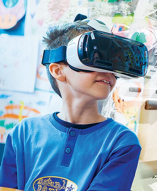 Bệnh nhi ở Bệnh viện Santa Mario Goretti đang say sưa với kính thực tế ảo trong thời gian được điều trị.
