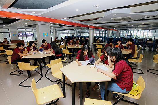 Sinh-viên-trường-Đại-học-Nguyễn-Tất-Thành-trong-một-giờ-học-ngoại-khóa