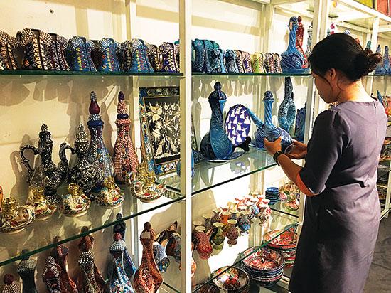 Gom1-Khách-hàng-chọn-mua-gốm-Thổ-Nhĩ-Kỳ-tại-cửa-hàng-trên-đường-Điện-Biên-Phủ,-quận-3,-TPHCM.-Ảnh-Cẩm-Anh