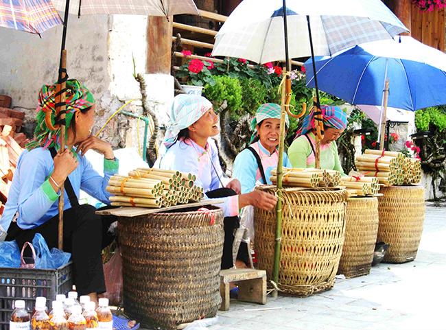 Đặc sản cơm lam tại chợ phiên Tây Bắc.