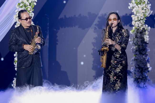 """Nghệ sĩ saxonphone Trần Mạnh Tuấn và An Trần song tấu """"Hạ Trắng"""" (Trịnh Công Sơn) khi đôi gánh- """"nhân vật"""" chính trên sân khấu nở ra những bông hoa của hi vọng tươi sáng."""